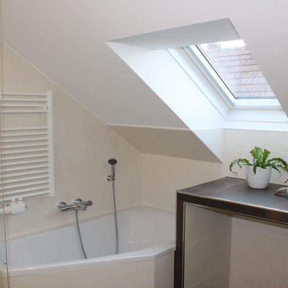 asymmetrische Badewanne in geradlinigem Design