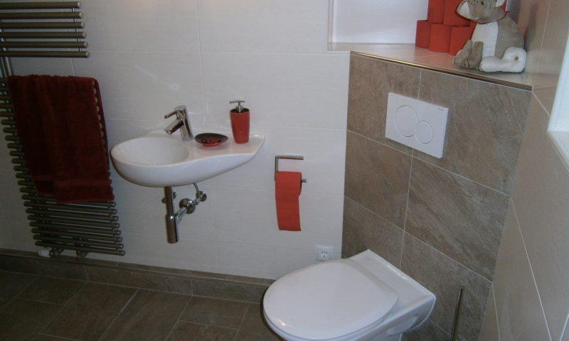 Haenge-WC schrae ueber das Eck eingebaut mit formschoenen Hand_Waschbecken