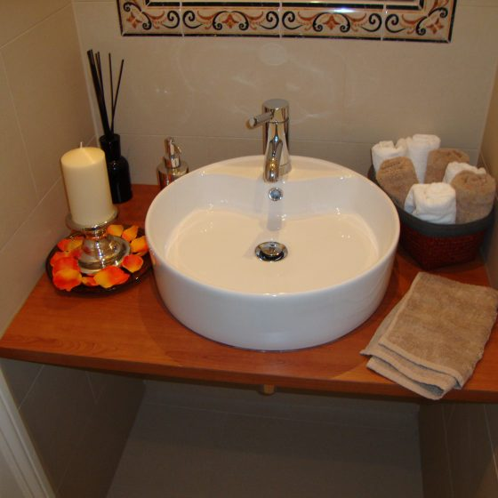 ILI Waschtisch mit Aufsatzbecken Echtholz-Platte und Wandspiegel mit Fliesenumrahmung