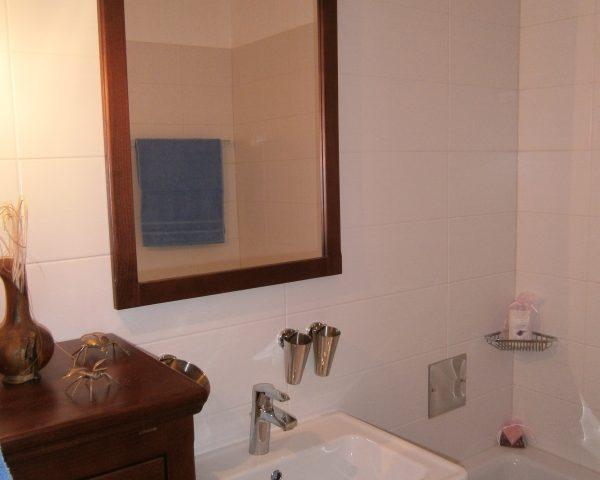 Das Kleinbad kleines Bad mit Waschtisch - Unterschrank- Halbhochschrank in Mahagoni - Wanne