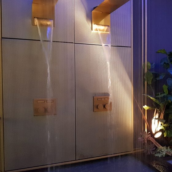 Regen- und Schwallbrause in Gold mit eingeschaltetem Schwall-Strahl