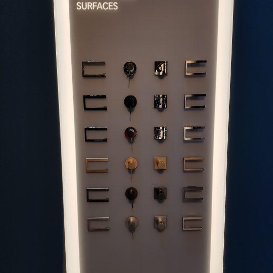 Schautafel auf der ISH mit Bad-Armaturen und Accessoires in verschiedenen Oberflächen